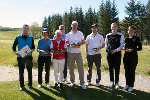 Gry Eriksen (nummer tre fra venstre) sammen med andre premierte golfere.