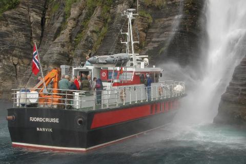 Polarsirkelen Båttransport AS har nå tatt over den offentlige ruteproduksjonen inn til Melfjordbotn. Her hilser båten på fossen Nattmorsåga.