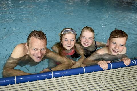 På besøk: Dyre (t.v.), Vårin Helene, Tuva og Birk Halse er på besøk til bestemor og bestefar, og dro innom bassenget når det ikke var helt ideelt vær til en fjelltur.Foto: Øyvind Bratt