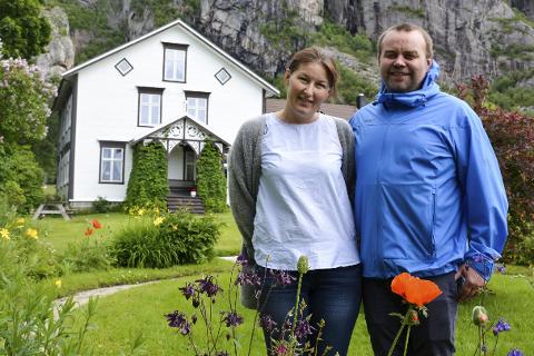 Overnatting: Malin og Skjalg Norås har åpnet den gamle gården opp for overnatting. Nå håper de at gården kan bli et rekreasjonssted i fremtiden.