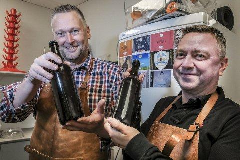 Ny batch: Disse flaskene inneholder fersk IPA, og har derfor ikke fått noe navn eller etikett. Men Ronny Vareide (t.v.) og Per-Ivar Monsen skal nok finne et passende ranværingsuttrykk til å døpe denne «batchen» også. Foto: Øyvind Bratt