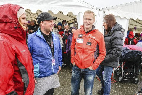TRAVELT: Asgeir Molden på Korgfjellet Kro & Motell AS, her i samtale med Arctic Race-sjef  Knut-Eirik Dybdal under sykkelfesten i fjor, kan glede seg over at 2016 ble et bra år. Foto: Per Vikan