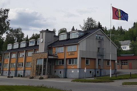 Hattfjelldal har nå fått status som sørsamisk språkforvaltningsområde. Det innebærer at alt av offentlige skilt skal stå på språkene samisk og norsk.