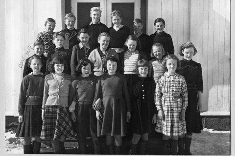 Personene på bildet tilhørte 7. klasse ved Mo Folkeskole. Bildet er tatt våren 1950.