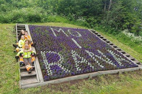 Glade blomsterpiker foran ferdigstilt bed i Raneneget. Gjengitt med tillatelse.