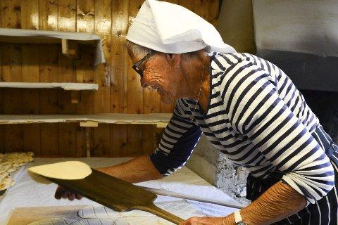 Doning: Gerd Fredriksen er blant de mange som steker og baker kamkaker på doning til festivalen.Foto: Emilie Sofie Olsen