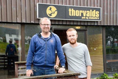 Festivalsjef Jørn Ståle Pettersen (t.v.) og bookingansvarlig på Sjyen, Kristian Sivertsen, tok avgjørelsen om å flytte festivalen innendørs for bare noen få timer siden.