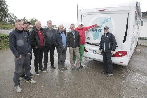 PÅ tur: Svein Einarsbøl (t.v.) har reist rundt i hele Nord-Norge med sin bobil i sommer.–Golf er helsefremmende og en sport for alle, er hans budskap. Foto: Stian Forland