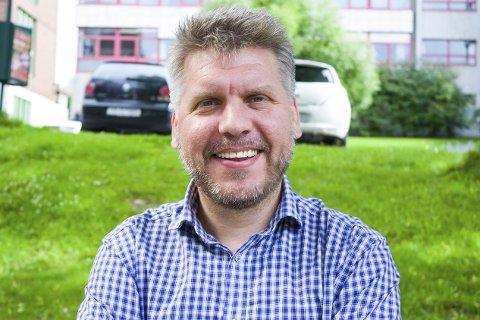 Elsker jobben: Marius Meisfjord Jøsevold (SV) sier han er privilegert som får holde på med det han liker aller best på fulltid. Han håper på minst seks år til som aktiv politiker.Foto: Isabel Haugjord