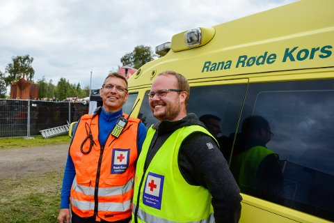 Ørjan Johansen (t.v.) og Stian Voldsund fra Røde Kors tar vare på festivaldeltakerne.