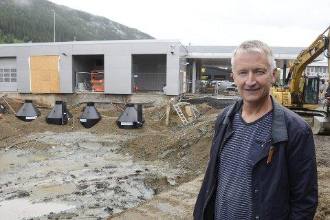 I 19 år var Rolf Olafsen en trofast forhandler for Statoil og Circle K. Etter at Circle K sa opp leieavtalen, og Olafsen inngikk en avtale med oljeselskapet Esso, føler han seg motarbeidet av Circle K. Forsinket opprydding i gammel forurensning hindret Olafsen å åpne sin nye Esso-stasjon til sommertrafikken satte inn.