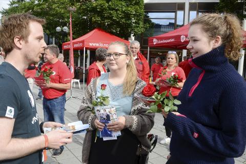 Marit Lauritzen fra Nesna og Camilla Riber fra Rana skal delta i sitt første stortingsvalg. Før de gir noen sin stemme, vil de vite hva partiene står for. I gågata hentet de informasjon fra alle partiene. Her i prat med Venstres fjerdekandidat Mats Hansen fra Rana.