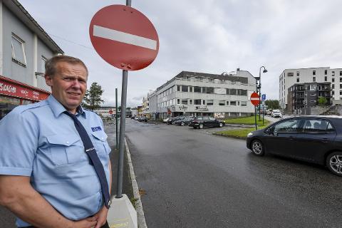 Innkjøring FORBUDT: Mange bilister overholder ikke innkjøring forbudt-skiltet i Fridtjof Nansens gate fra Sørlandsveien. Det skaper farlige situasjoner og problemer for bussjåfør Steiner Jakobsen, hans kollegaer og andre trafikkanter. Foto: Øyvind Bratt