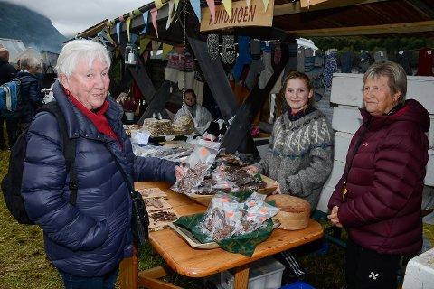 Signe Sakrihei fra Ytteren lot seg friste av gode kjøttprodukter fra Rundmoen gård. Valget falt på tørket storfehjerte, som hun handlet av Ane Skreslett og Kari Thoresen.