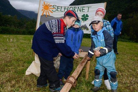 Klinkekulelek på standen til Selhornet 4H. David Trongmo organiserer, mens Lyder Sagmo Ottermo, Heike Oldernes og Leon Sagmo Ottermo leker.