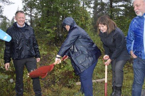 SYMBOLSK: Erna Solberg tar det første og symbolske spadetaket for flyplass på Hauan. Fortsatt må det ryddes litt skog, legges noen planer og sørge for finansiering.