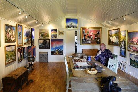 Bygde galleri: John Gunnar Halse (på bildet) og kona May Britt Halse bygde galleri for å ta hånd om bildene til Reidar Storsteinhaug. Foto: Emilie Sofie Olsen