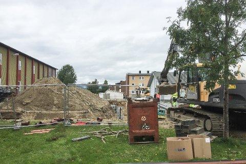I bakgården til Gruben barneskole skifter Ospas AS ut vann- og avløpsnettet. Det betyr gravekaos.