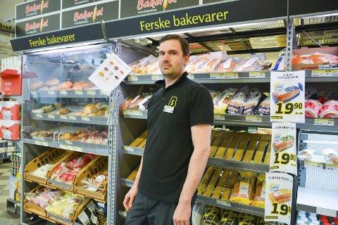 Dagsferske brød: Stian Oddvang forteller at de på Bunnpris & Gourmet Mo bare selger dagsferske brød. Det som ikke blir solgt blir enten gitt til en bonde som fôr til dyr eller kastet. FOTO: Marie Skonseng