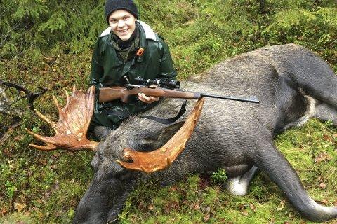 Andreas Drage er ung, elgjeger og fra Nordland. NJFF vil ha med flere som ham. Her fra 2016-jakta da han helte en elg på mer enn 300 kilo. Nøyaktig vekt er ukjent da jaktlagets vekt stoppet på 300.