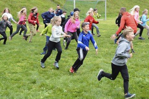 FULL FART: Elevene ved friluftsskolen i full aktivitet.FOTO: HELENE FINEIDE