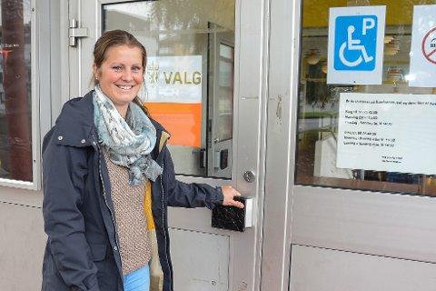 Julie Stenhaugmo var tidlig ute for å stemme ved Mo samfunnshus. Dette er et av de to valglokalene i Rana kommune, som holder åpent til klokka 21 på valgdagen.