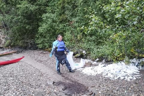 Kajakkpadler Beate Holst synes ikke det er kjekt å finne store mengder plastsøppel fra landbruket henslengt langs vannkanten på Langvatnet. Hun og ei padlevenninne oppdaget så mye at de bare måtte ta fram søppelposen og starte med rydding. De ber nå synderne om å ta ansvar.