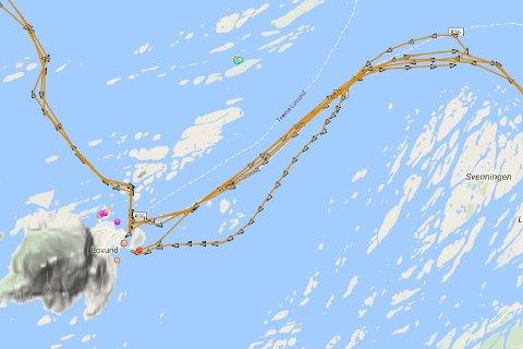 Loggen for hurtigbåten MS Helgeland på MarineTraffic viser at båten fikk problemer nord for Sveinningen, og at den ble slept tilbake til Lovund.