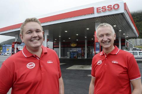 Eierne Tore Lundbakk og styreleder Rolf Olafsen (t.h.) ved Esso Deli de Luca i Langneset er svært glade for at de endelig kunne åpne sin nye bensinstasjon for publikum.