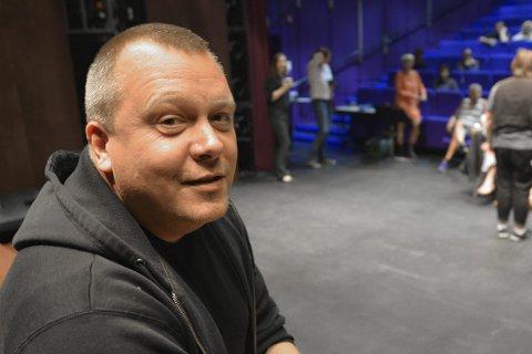 Musikk: Musikk og poesi i skjønn forening i møtet mellom Tor-Petter Aanes og Helge Stangnes. Her er Aanes fotografert i forbindelse med Cabaret på Nordland Teater.Foto: Beate Nygård Johansson