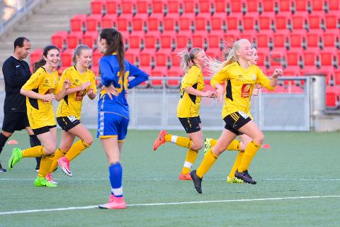 Stålkam lå under 0-3, men snudde kampen og deres jubel førte også til jubel i Halsøy, som er klar for KM-finale fordi Selfors tapte. Andrea Klaveness fremst i bildet til høyre.