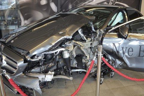 UTSTILT: Bilvraket av Mercedesen som krasjet med en trailer, har vært utstilt på Hemnes Bil i Ranenget. Som bildet viser er det ikke mye igjen av venstre side på bilen. Samtidig er førerplassen ikke vesentlig rammet av smellen, det som berget livet til sjåføren. Foto: Trond Isaksen