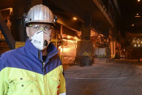 Konstituert verksdirektør Terje Ditlefsen ved Elkem Rana AS er glad for at eieren Elkem AS har besluttet å investere 150 millioner kroner i miljøtiltak og oppgradering av fabrikken. – Dette betyr de satser på oss. Det trygger arbeidsplassene til de 100 ansatte, sier han. Foto: Arne Forbord