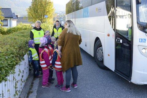 SISTE GANG: De eldste jentene i Langnes barnehage tok torsdag bussen til Hauknes. Det er siste gang de får kjøre buss, for nå kan ikke barnehagene bruke busser uten setebelte. Unni Helmersen (t.v. bak) og Ann Cecilie Sandberg reiste med jentene.Foto: Gøran O. Pedersen