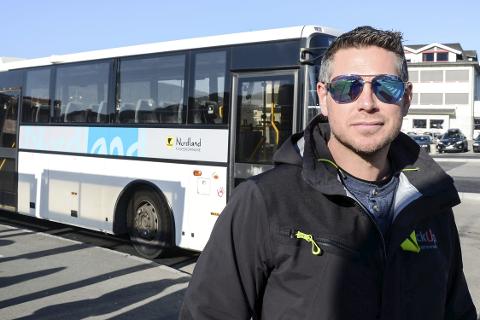 Via Facebook-gruppa «Spør om ka du vil Mo i Rana» oppfordrer administrator Håkon Dehlin folk til å reagere mot Nordland fylkeskommune og innføringen av busser uten bilbelte i de sentrale delene av Mo i Rana. Han mener det er usikkert for både liten og stor å reise rundt uten bilbelte.