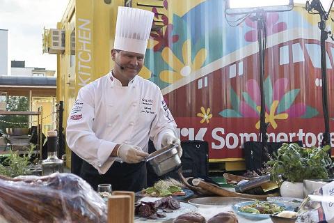– Det er hyggelig at jeg som kokk fra Helgeland hentes inn til den store landbruksmessa Dyrsku'n i Seljord i Telemark, sier kjøkkensjef Svein Jæger Hansen.