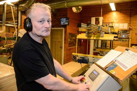 Kjell Arne Kamfjord var 16,5 år da han startet ved O. Olsen snekkerfabrikk. I en alder av 59 år kom oppsigelsen, og han må søke ny jobb for første gang.