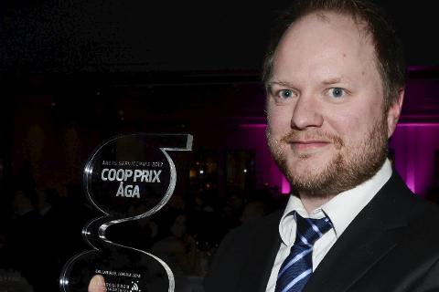 Kim Rainer Løkås takker kundene for at Coop Prix Åga vant Serviceprisen,