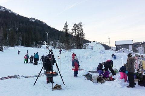 Kulde skremte ikke foreldre og unger fra å feire 150-årsdagen til Den Norske Turistforening under ake- og skidagen til Barnas Turlag i Åga.