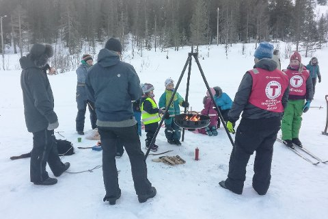 Etter aking og skigåing var det godt med mat og pølsegrilling over bålpanna.