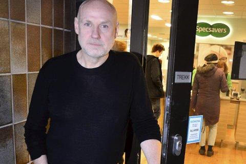INNBRUDD: Andre Stensland, innehaver og daglig leder Specsavers Mo i Rana, opplevde i mars at ukjente knuste glasset i døra og tok seg inn. Med seg fra stedet hadde de rundt 2.000 kroner fra kasseapparatet. Foto: Hugo Charles Hansen