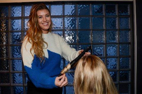 På hjemmebane: Kristina Pettersen fikser hår og makeup i kundenes egen stue Foto: Arne Forbord