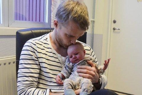 Ny: Matheo er ny i verden. Robin Roghell og mamma Thea Bratvold er nye som foreldre. Foto: Toril S. Alfsvåg
