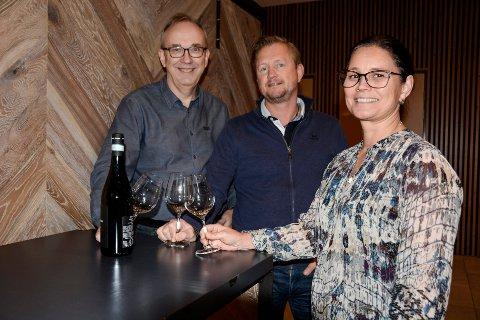 Jan Terje Fossland (f.v), Tommy Skog og Wenche Brennbakk er alle medlemmer i Mo Vinklubb. Nå ønsker de vinglade ranværinger vekommen til ViniRana.