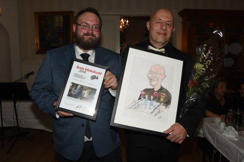 Journalist Leif Steinholt (t.h.) ble tildelt Helgeland og Saltens journalistpris under åsmøtet som ble avholdt i Mo i Rana i helga, mens Simon Aldra i Brønnøysunds Avis stakk av med Årets Blinkskudd. Foto: Arne Forbord