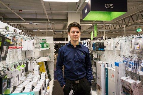 Malvin Skivik (24) fikk jobb på Elkjøp Mo i Rana med hjelp fra Nav. Skivik klatret på kort til til topps på kjedens topplister for blant annet salg.