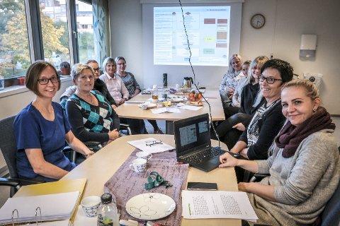 På kurs: Seksjonsleder Rana Interkommunale legevakt, Silje Røssvoll , sykepleierne Nina Åeng (t.v.) og Maria Fagerli Nysæther og avdelingssykepleier Gunn Elin Johnsen (t.h.).  I bakgrunnen: Daria, Grethe, Tina,Helene, Karianne og Amalie Annie. Legevakta har ytterligere tre ansatte som ikke var til stede da bildet ble tatt.