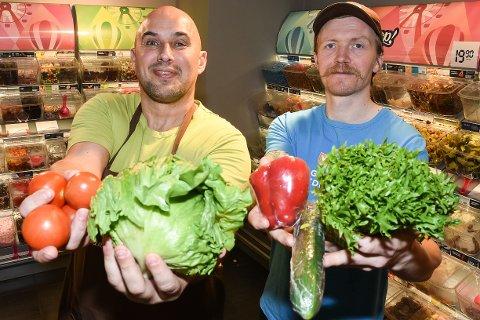 Konstituert butikksjef Kent Hågensen og Ole Skivik ved Mix Mo i Rana synes det er morsomt de rendyrker matprofilen ved å ta inn en salatbar, samtidig som de kaster ut smågodt og annet godteri.
