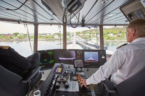 Her seiler skipper Skule Kristensen bilferga Hornstind inn til ferjeleiet på Tjøtta. Nå får fylkeskommunen 25,76 millioner kroner i støtte fra Enova til å bygge ferjekaiene til grønne kaier, slik at man kan ta i ferjer som har null- eller lavutslipp.