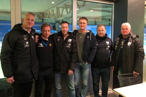Daglig leder Sigurd Hognestad (t.v.) forteller om en vellykket tur for Rana FK til Bodø/Glimt i helga. Videre på bildet fra venstre er Ørjan Berg, Ståle Krokstrand, Kjell Magne Bang, Tore Arne Jakobsen og Freddy Bakksjø.